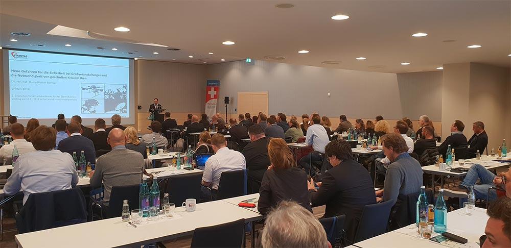 Dr. Hans Walter Borries, geschäftsführender Direktor des FIRMITAS Institut für Wirtschafts- und Sicherheitsstudien bei seinem Vortrag über neue Gefahren bei Veranstaltungen und die Notwendigkeit von Krisenstäben bei solchen.